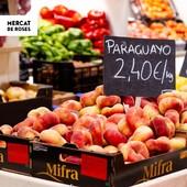 """⠀⠀⠀⠀⠀⠀⠀ 🍑 Bon dia Roses! ⠀⠀⠀⠀⠀⠀⠀ El """"paraguayo"""" (préssec pla, en català) és una fruita originaria de la Xina i prové d'una mutació natural del préssec. El seu consum es va popularitzar a occident quan va ser introduït a finals del s.XIX als Estats Units, tot i que a Europa ja es va exportar modestament al 1820 sota el nom de """"préssec de Java"""". Aquests tan bonics són de la parada ATINA FRUITS (@atina_fruits).  ⠀⠀⠀⠀⠀⠀⠀ (Els preus que apareixen a les fotos poden variar segons temporada i disponibilitat) ⠀⠀⠀⠀⠀⠀⠀ ❤️ Compra local. Inverteix en Roses. ⠀⠀⠀⠀⠀⠀⠀ ⠀⠀⠀⠀⠀⠀⠀ ⠀⠀⠀⠀⠀⠀⠀ ⠀⠀⠀⠀⠀⠀⠀ ⠀⠀⠀⠀⠀⠀⠀ #MercatMunicipal #MercatMunicipalRoses #MercatsdeCatalunya #CompraLocal #FuturiTradicio #apropteu #compraproximitat #alimentaciocat #km0 #foodcostabrava #aRoses #VisitRoses #EmpordaTurisme #qualitat #proximitat #fresc #benestar #salut #confiança #realfood #realfoodies #atinafruits #paraguayo #préssec #fruteria #fruiteria"""